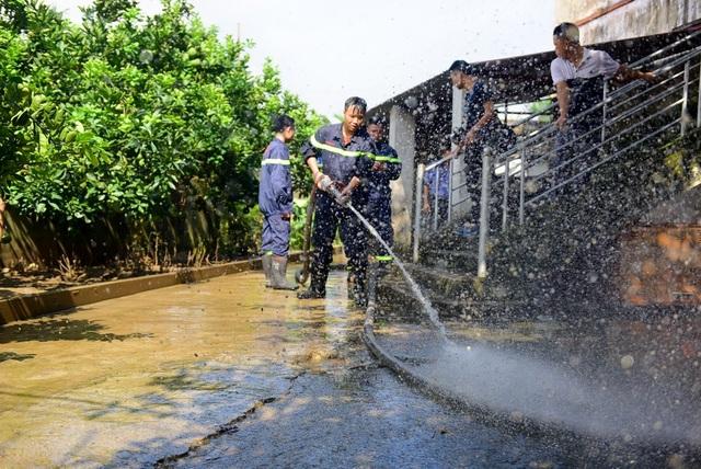 Sáng nay 8/8 hàng trăm hàng trăm cảnh sát cơ động, cảnh sát PCCC và công an huyện Chương Mỹ giúp người dân rốn lũ dọn vệ sinh.