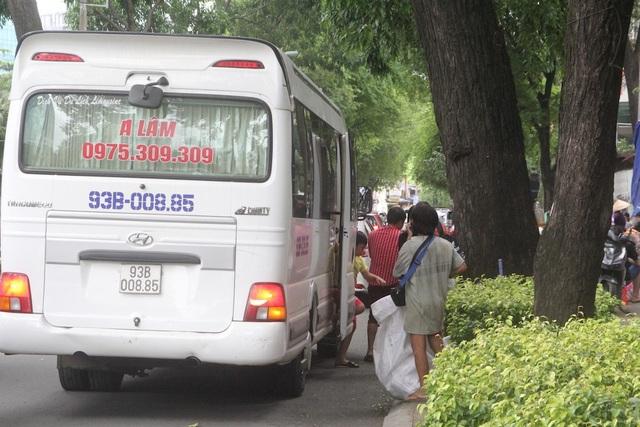 Xe ô tô thoải mái dừng đón, trả khách trước cổng bệnh viện