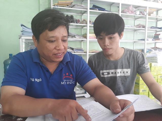 Thầy Ngô Khắc Vũ hướng dẫn em Vương Ban hoàn thiện hồ sơ xin học bổng và xin chỗ trọ miễn phí.