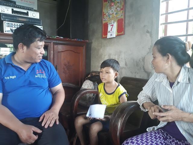 Thầy Ngô Khắc Vũ đã có 11 năm trên hành trình chia sẻ, kết nối yêu thương với học sinh nghèo