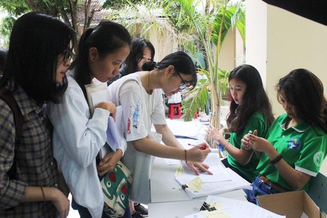 Thí sinh trúng tuyển làm thủ tục nhập học tại Trường ĐH Sư phạm Đà Nẵng