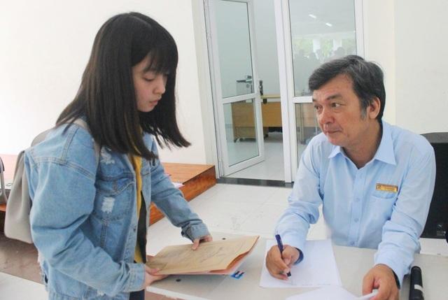 Tân sinh viên Trần Bảo Trâm - một trong các SV được tuyển thẳng vào ĐH Sư phạm Đà Nẵng đang làm thủ tục nhập học