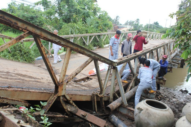 Hiện trường chiếc cầu bị sập