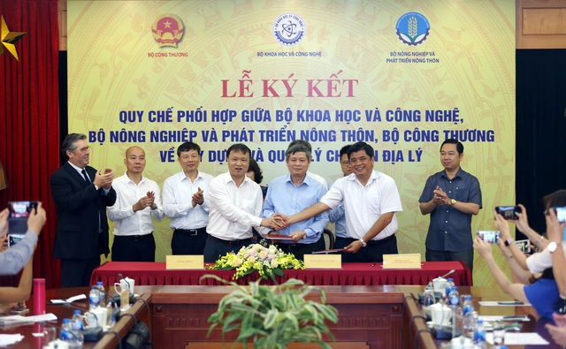 Thứ trưởng Bộ KH&CN Phạm Công Tạc (giữa), Thứ trưởng Bộ Công thương Đỗ Thắng Hải (bên phải), Thứ trưởng Bộ NN&PTNT Trần Thanh Nam đại diện cho 3 Bộ ký kết quy chế phối hợp về xây dựng và quản lý chỉ dẫn địa lý.