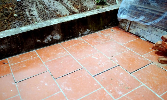 Sân nhà ông Lưu Văn Giang xuất hiện vết nứt từ sáng 7/8...