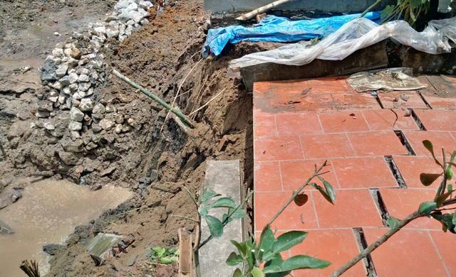 Đất tiếp tục sạt xuống khiến người dân lo lắng cho sự an nguy của nhà cửa.