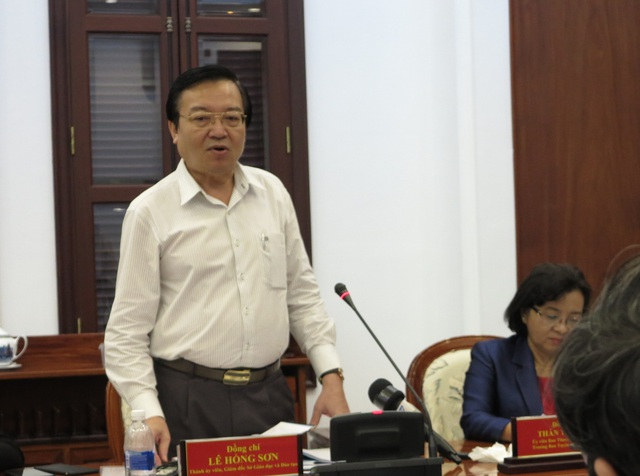Ông Lê Hồng Sơn, Giám đốc Sở GD-ĐT TPHCM báo cáo kết quả 5 năm TPHCM thực hiện Nghị quyết 29-NQ/TW về đổi mới căn bản, toàn diện giáo dục