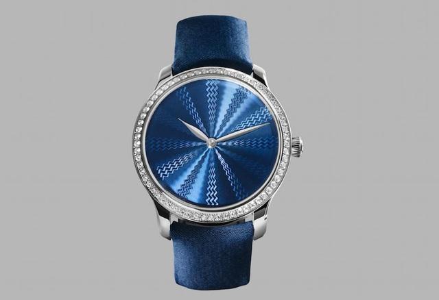 Phiên bản đồng hồ H. Moser & Cie Endeavour Concept Guilloché giới hạn 10 chiếc trên thế giới, mặt số điêu khắc thủ công hoa văn Guilloche tinh xảo màu xanh nổi bật trên thân vỏ vàng trắng 18K gắn 0,64 ca-rát kim cương tự nhiên.