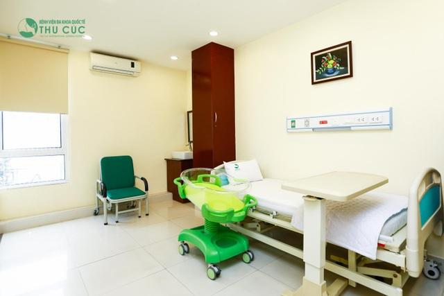 Phòng cho mẹ và bé sau sinh ở bệnh viện ĐKQT Thu Cúc hết sức rộng rãi, đầy đủ tiện nghi và thoáng mát, giúp các mẹ thoải mái nghỉ ngơi và hồi phục nhanh chóng sau sinh