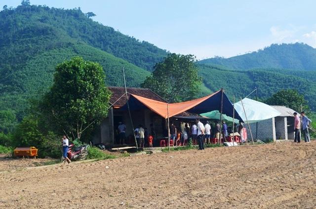 Rất đông người dân đến chia buồn cùng gia đình cháu Minh.