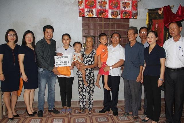 PV Dân trí trao tận tay quà bạn đọc cho 4 chị em Thương.