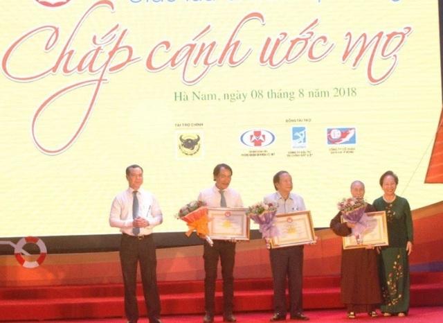 Nhân dịp này, Trung ương Hội Khuyến học Việt Nam đã trao Bảng vàng vinh danh khuyến học cho 4 nhà tài trợ, UBND tỉnh Hà Nam cũng trao tặng Bằng khen cho 3 tập thể, 4 cá nhân nhà tài trợ..