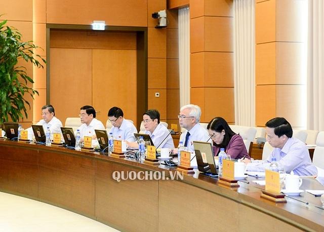 Ông Phan Thanh Bình - Chủ nhiệm UB Văn hoá, Giáo dục của Quốc hội (thứ 3 từ phải sang) báo cáo giải trình, tiếp thu dự án luật