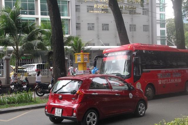 Xe khách liên tỉnh chạy qua bệnh viện Nhi đồng 2
