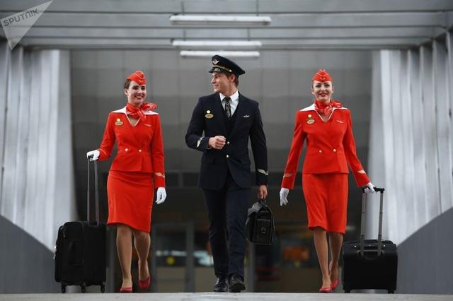 Đội ngũ tiếp viên phi hành đoàn của hãng hàng không Aeroflot xuất hiện tại sân bay Sheremetyevo, Nga.