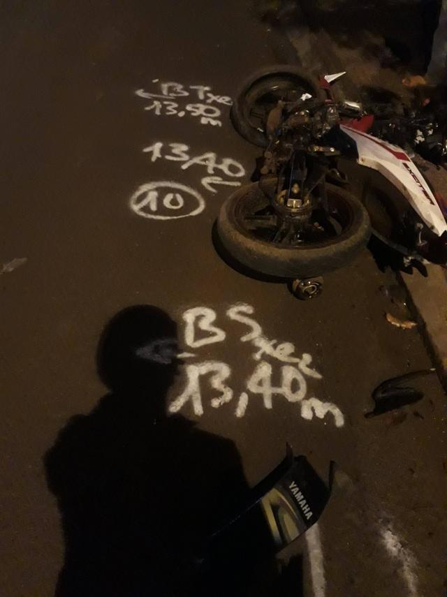 Chiếc xe máy của nạn nhân nằm lăn trên đường