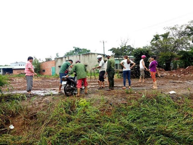 Người dân tiến hành trục vớt chiếc xe từ dưới dòng suối Blin.