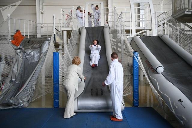 Họ sẽ trải qua nhiều khóa huấn luyện từ đơn giản đến phức tạp như tập trượt tại máng trượt thoát hiểm trong trường hợp nguy cấp xảy ra.