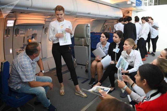 Các nữ học viên trong một khóa đào tạo phi hành đoàn.