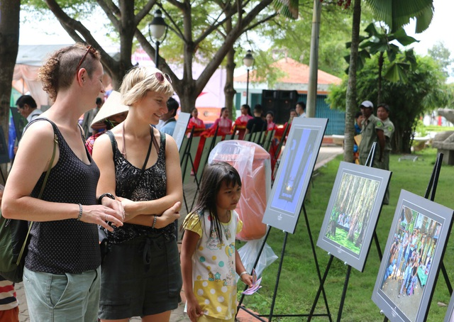 Sau buổi khai mạc, rất đông du khách đến xem các tác phẩm được trưng bày tại triển lãm