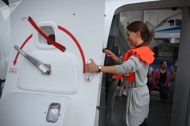 Học cách sử dụng mở cửa thoát hiểm trên máy bay.