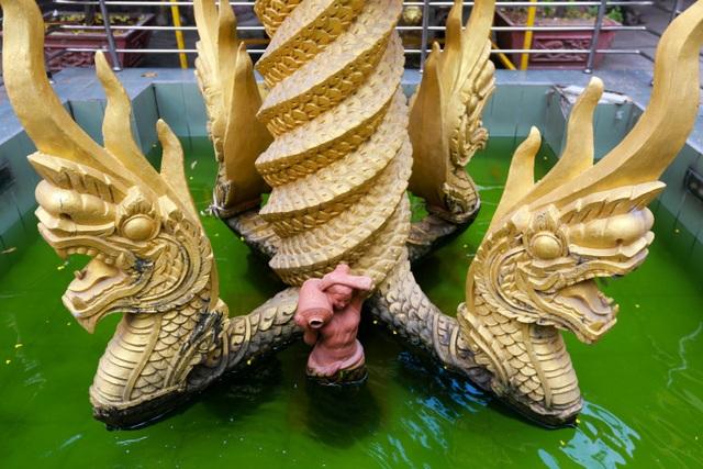 Hình ảnh rắn thần Naga giữa sân chùa.