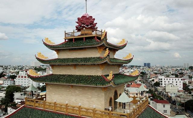 Chùa nằm cách trung tâm thành phố khoảng 15 km, là địa điểm thu hút tăng ni phật tử và du khách vì có chánh điện cao nhất Việt Nam.