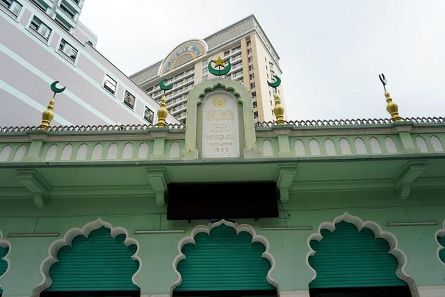 Thánh đường mang phong cách kiến trúc đậm dấu ấn Hồi giáo vùng Nam Á với những chỏm cầu hình búp sen, vòm cuốn cửa nhọn đầu hình lá đề.