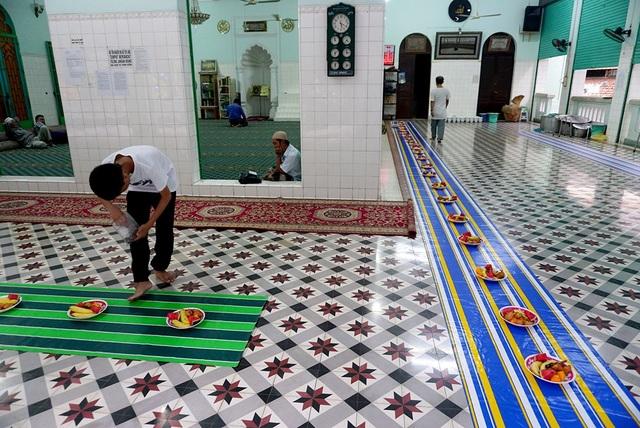 Dọc hành lang bên ngoài chính điện được trưng bày các đĩa hoa quả phục vụ tín đồ khi hành lễ xong.