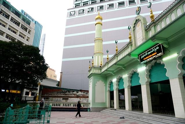 Khuôn viên thánh đường có diện tích khoảng 2.000 m2, do cộng đồng người Ấn kiều quyên góp tiền xây dựng. Nơi đây trở thành địa điểm phục vụ nhu cầu tâm linh của những tín đồ Hồi giáo đến từ Nam Ấn Độ tại Sài Gòn.