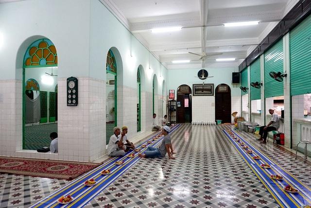 Bên trong chính điện là nơi để nam tín đồ đọc kinh cầu nguyện.