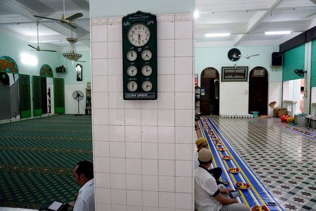 Trong chính điện được treo nhiều đồng hồ, các bức tranh có chữ viết Ả rập. Trên đồng hồ có các khung giờ chỉ thời gian cầu nguyện bắt buộc 1 ngày 5 lần.