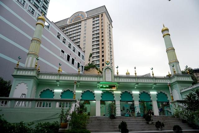 Thánh đường Jamia Al-Musulman được xây dựng từ năm 1935, tọa lạc ở số 66, đường Đông Du, quận 1, TPHCM .