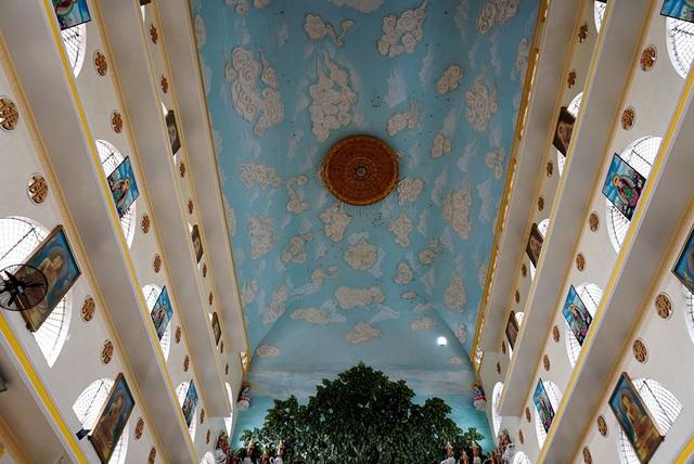 Phần trần nội điện được trang trí những bức phù điêu cảnh trời xanh, mây trắng.