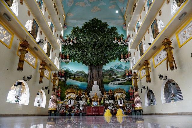 Bên trong nội điện thờ Phật rộng rãi, trần cao gần 40m.