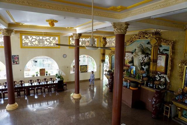 Sau khi nhận đất và nhà, trụ trì giữ nguyên hiện trạng và làm thêm phần phía trước để giống chùa, đặt tên là Vạn Đức. Trải qua nhiều lần xây dựng, năm 2004, nhà chùa bắt đầu đại trùng tu chánh điện cùng nhà Tổ.