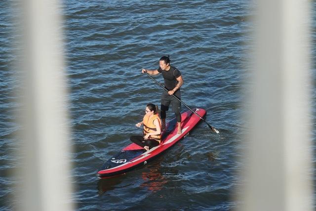 """Giới trẻ Huế hào hứng với trò chơi """"lướt ván đứng"""" trên sông Hương - 9"""