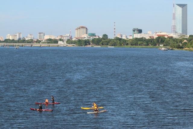 Toàn cảnh sông Hương trong xanh và TP Huế xinh đẹp cùng các thành viên đội SUP cố đô