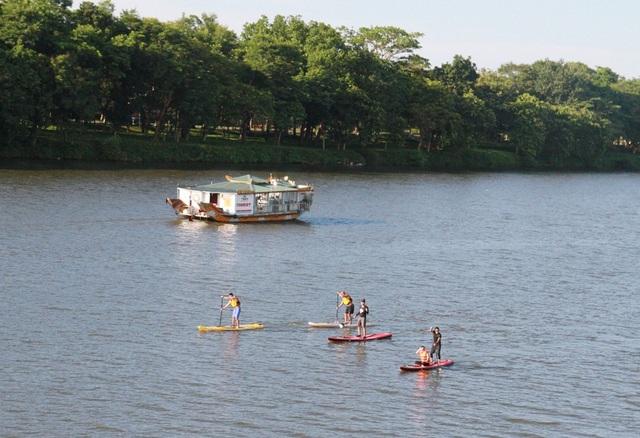 Các bạn trẻ Huế chơi SUP trên sông Hương
