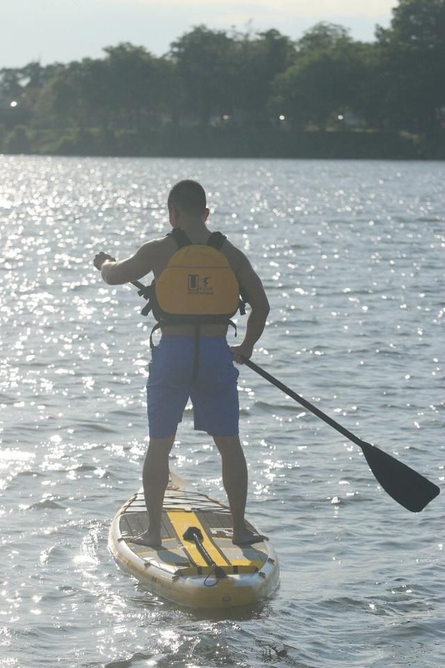 Tư thế chơi SUP trên sông nước
