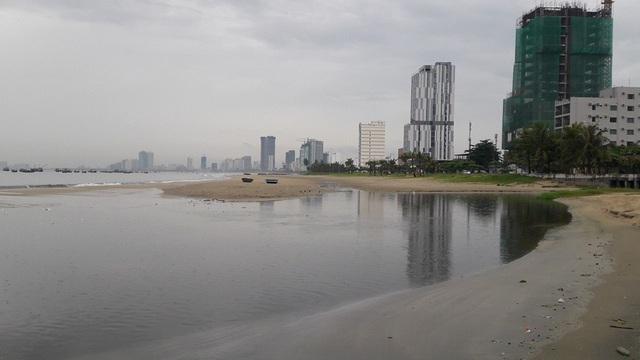Nước thải chưa qua xử lý có màu đen sì và bốc mùi hôi tràn ra biển Đà Nẵng trong ngày 9/8