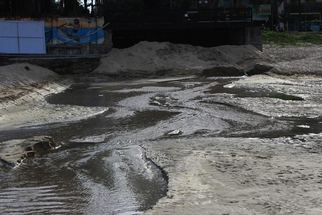 Đà Nẵng: Mưa lớn, nước thải chưa qua xử lý lại tràn ra biển - 2