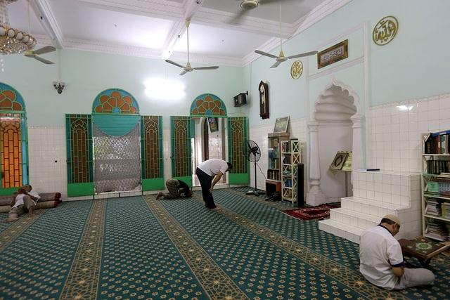 Bên trong chính điện được trải thảm để tín đồ quỳ hành lễ.