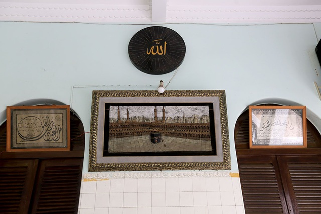 Những bức tranh được viết bằng chữ Ả rập treo trên tường bên trong chính điện.