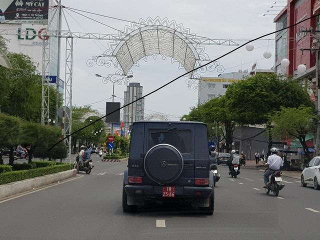 Chiếc xe trước đó gắn biển đỏ lưu thông trên đường phố Cần Thơ hôm 7/8/2018
