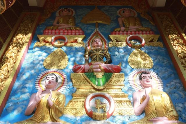 Ngay cửa ra vào chánh điện có những bức phù điêu Đức Phật Thích ca với các kiểu dáng khác nhau, được chạm trổ tinh xảo.
