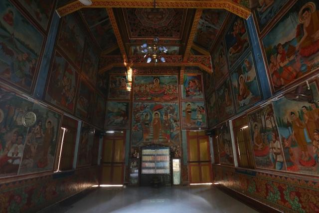 Bên trong chánh điện chỉ thờ Phật Thích Ca mà không thờ Bồ tát và các vị thần linh, đây là đặc điểm của Phật giáo Nam tông.
