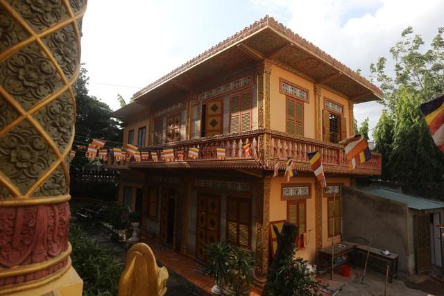 Chánh điện chùa Chantarangsay gồm 2 tầng, có cầu thang lên xuống ở 2 mặt trước và sau.
