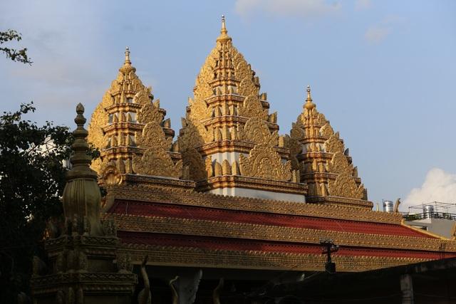 Đỉnh chánh điện là 3 ngọn tháp màu vàng lộng lẫy, là điểm nhấn kiến trúc của ngôi chùa.