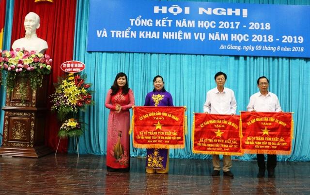 Giám đốc Sở GD-ĐT tỉnh An Giang, bà Trần Thị Ngọc Diểm trao cờ thi đua cho các đơn vị có thành tích hoàn thành xuất sắc nhiệm vụ trong năm học 2017-2018